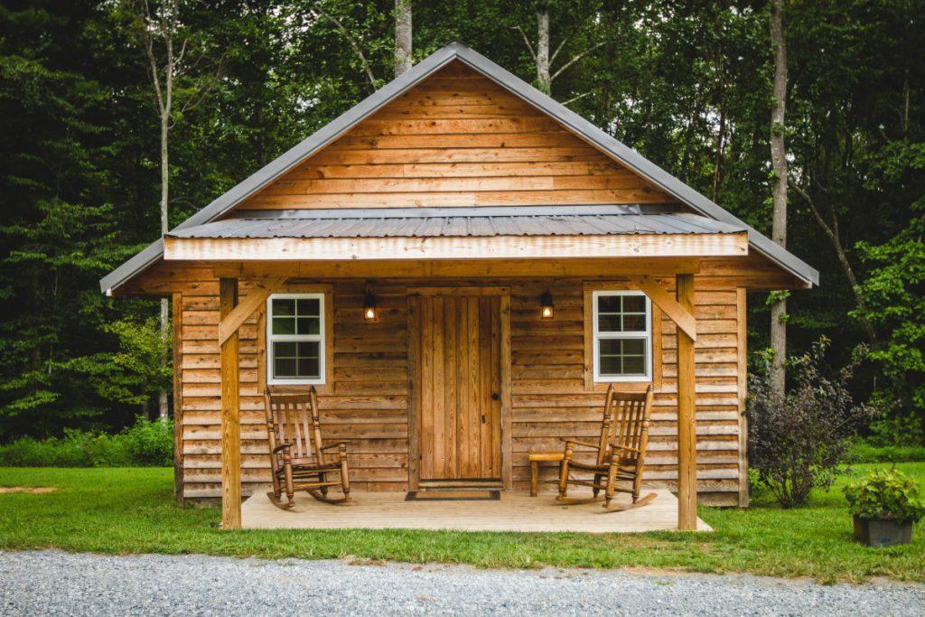 een blokhut van hout