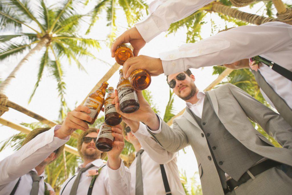 cheers mannen op een geslaagd feest