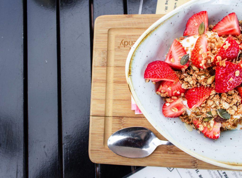 wit servies geeft aardbeien een nog zoetere smaak