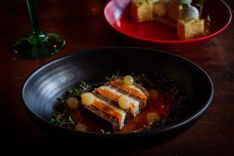 donker servies is stoer en geeft een zoutere beleving van het eten