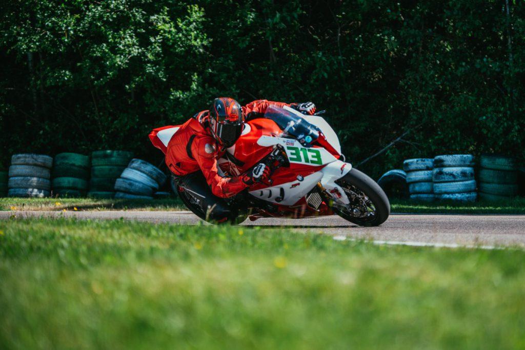 Racen op de motor kan op een circuit