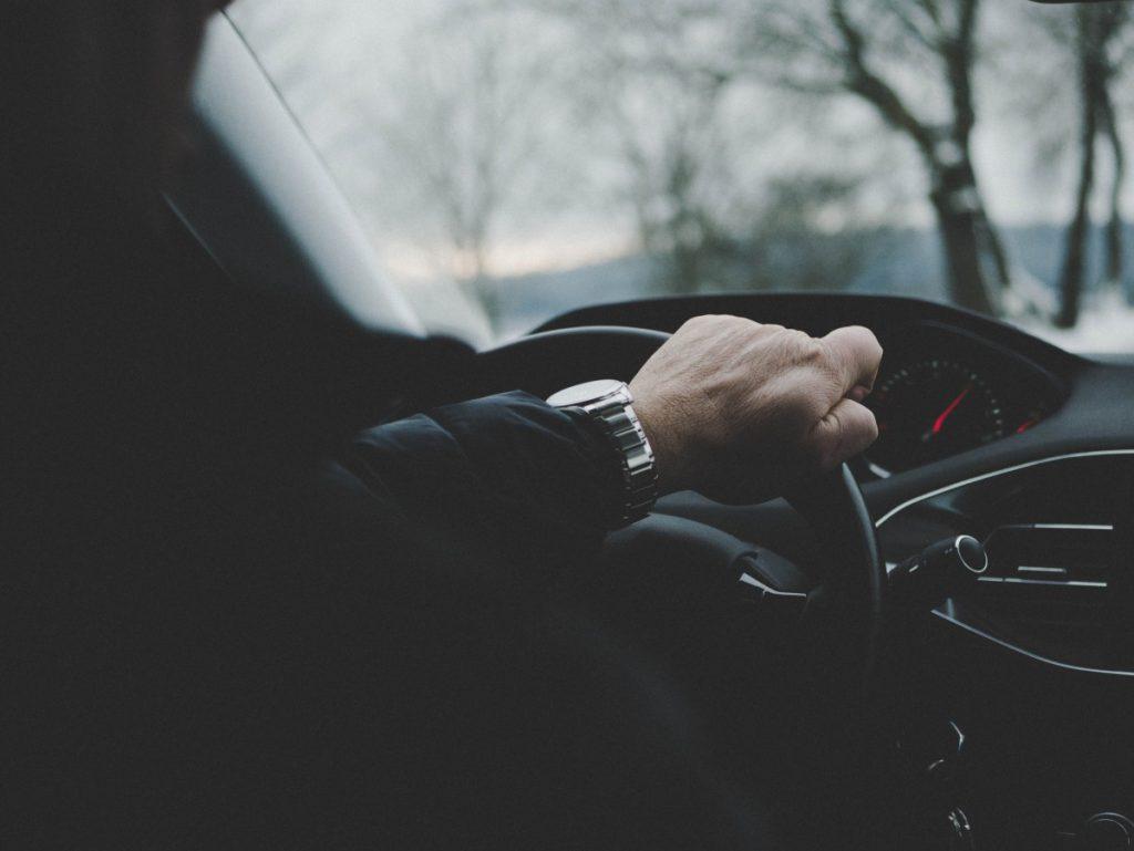 Handen aan het stuur