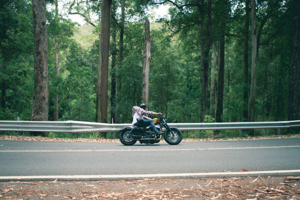 rijden met je motor door de bossen