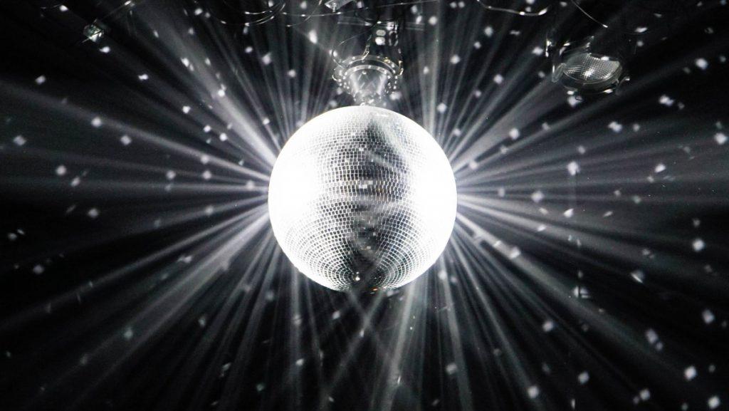 Een toffe discobal maakt je feest helemaal af