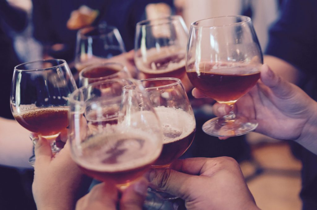 een lowbudget oud en nieuw feest geven doe je samen met je vrienden