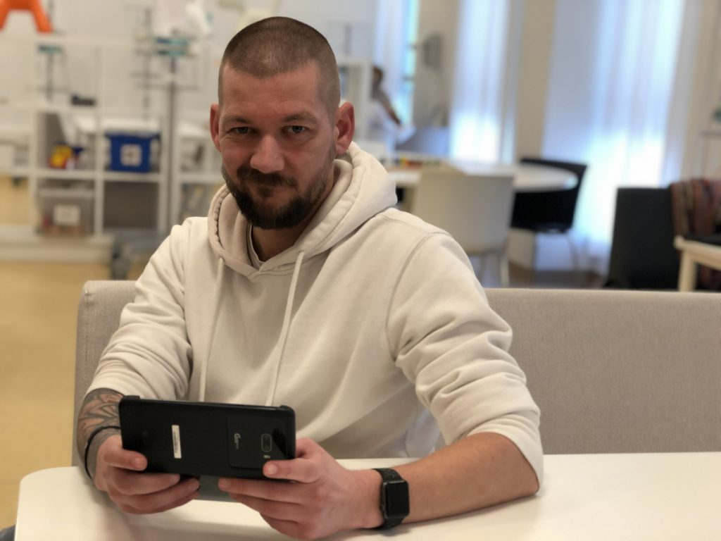 Jan Willem met de LG G8XthinQ Dual Screen voor de review in het Prinses Maxima Centrum in Utrecht