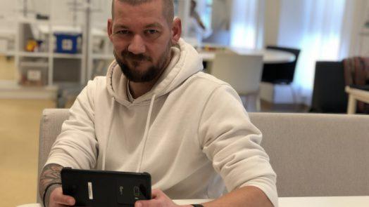 Jan Willem met de LG G8XthinQ Dual Screen voor de review in het Prinses Maxima Centrum in Utrecht