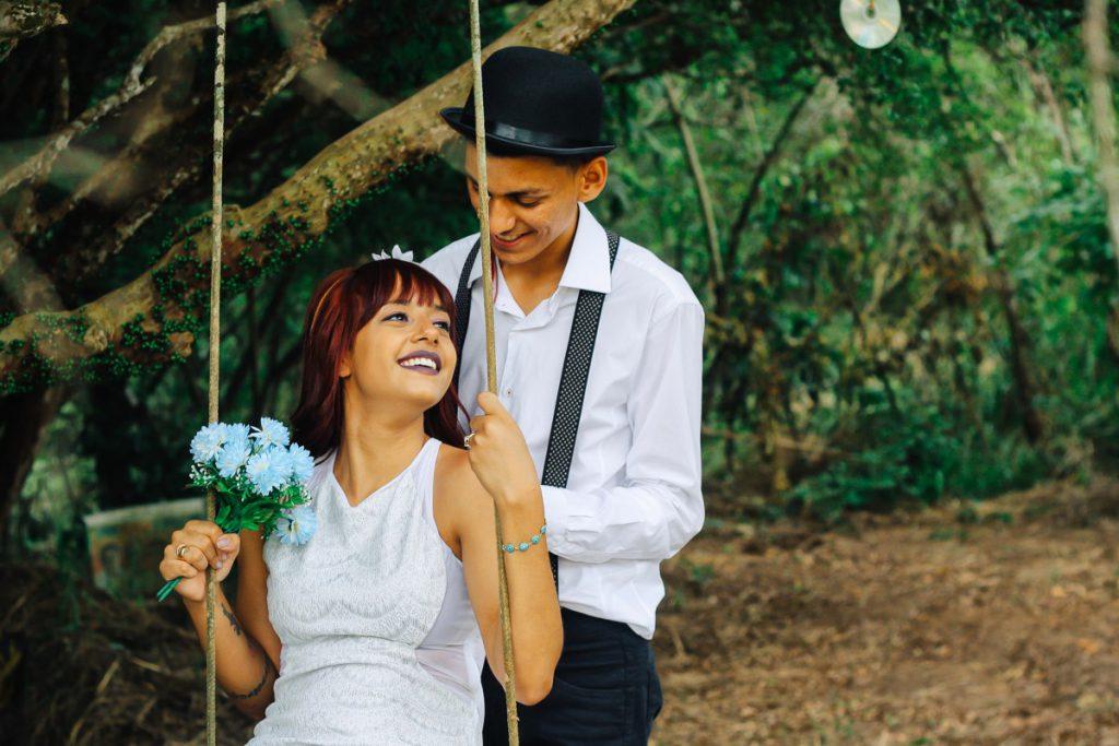 Een toffe foto met een bruispaar waarvan de man met een casual trouwpak