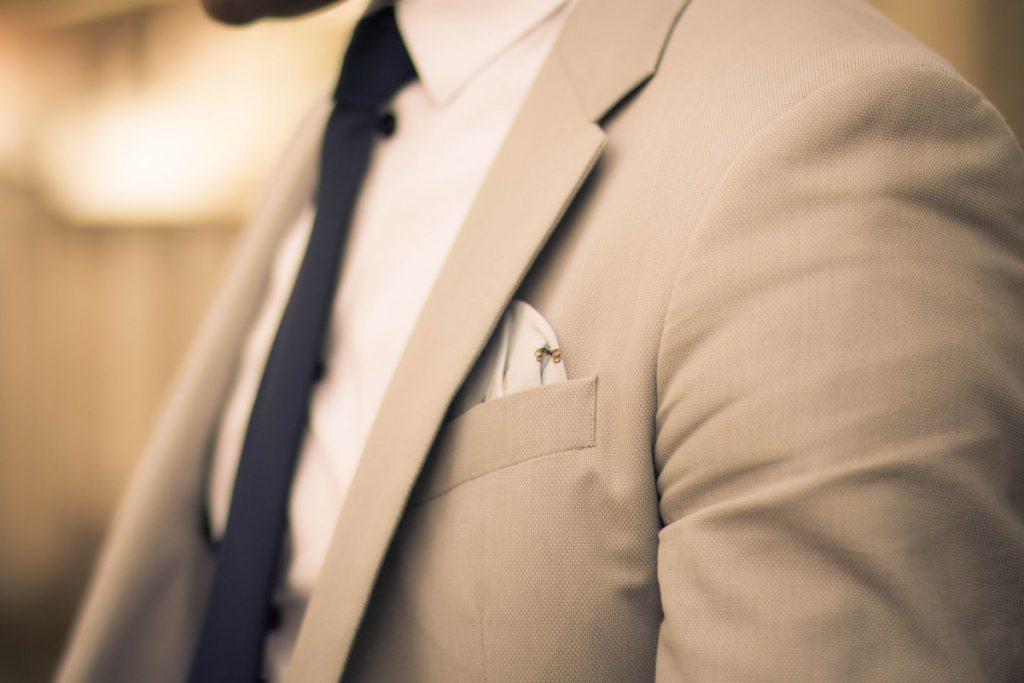 Een trouwpak kiezen. Een pochet maakt je pak helemaal af.