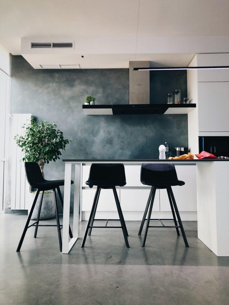 Keuken met aangebouwde zit waarin barkrukken staan
