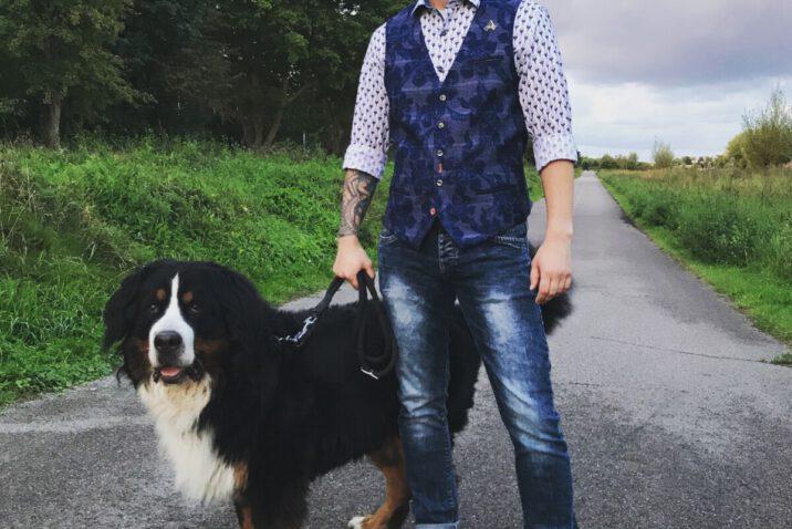 Jan Willem staat met hond in outfit van A Fish Named Fred