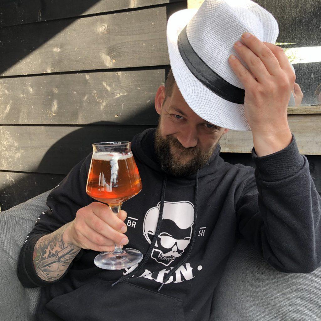 Jan Willem drinkt een drankje in het zonnetje