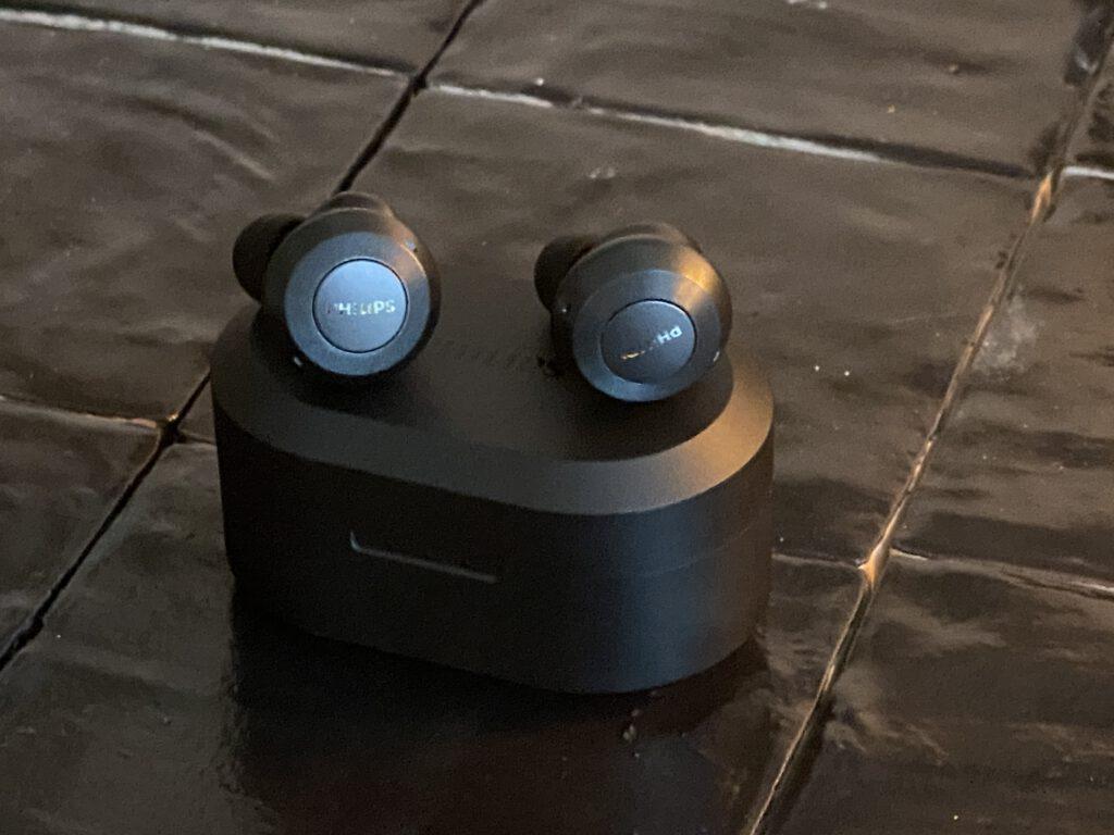 De In Ear Philips Sound T8505 koptelefoon oortjes op het doosje