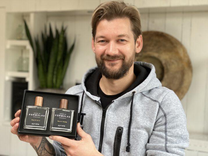 Jan Willem Huffmeijer met zijn persoonlijke parfum van House of Formulas