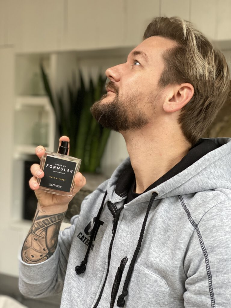 Jan Willem Huffmeijer sprayt zijn parfum op
