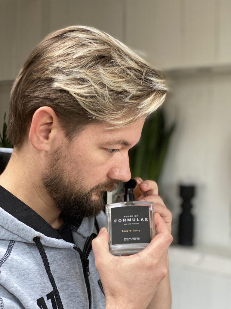 Jan Willem Huffmeijer ruikt aan een parfum