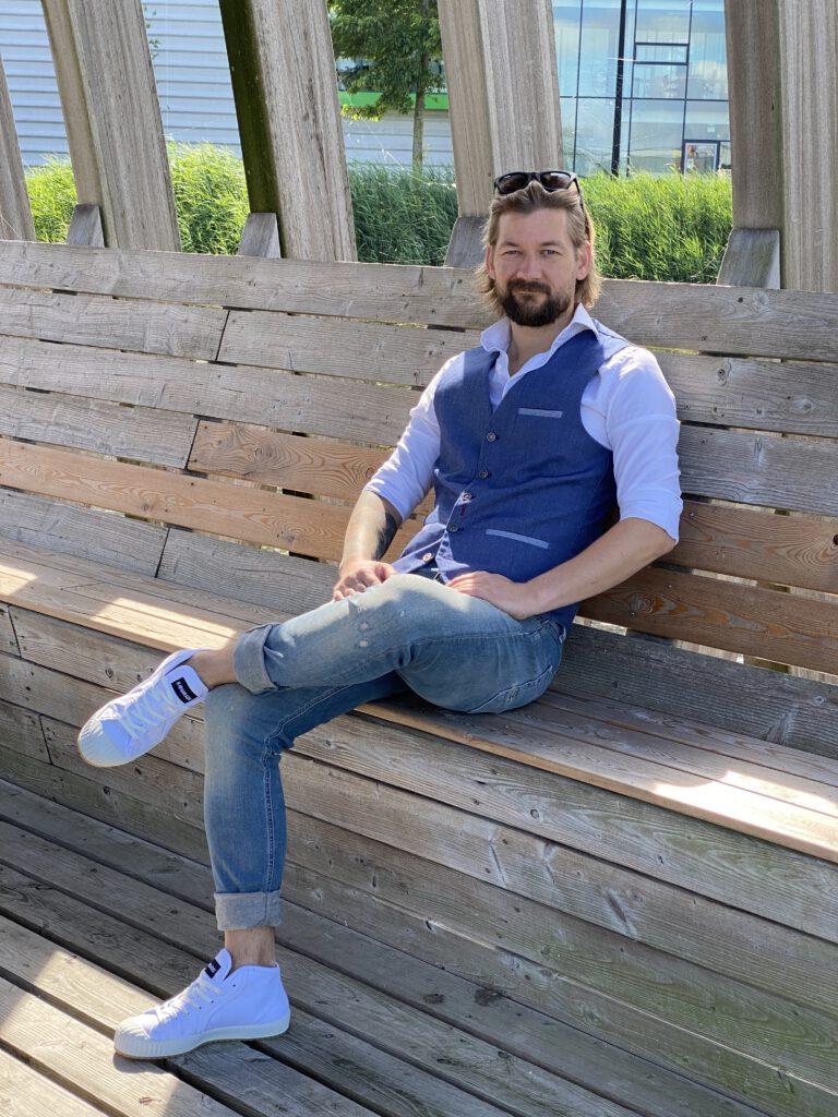 hoe draag je een wit overhemd op een jeans